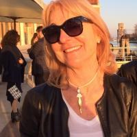 Paola Pierobon con il gioiello Silhouette di Donna al collo