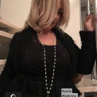 La collana  a catenella con perle e pendente Silhouette in argento 925 indossata