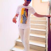 Paola indossa la t-shirt Libera